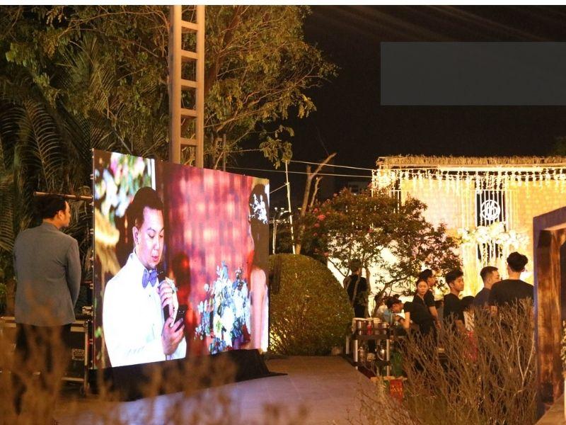Màn hình led sân khấu đám cưới ngoài trời