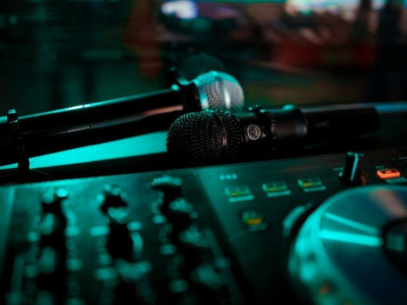 Cách chọn micro cho dàn karaoke gia đình là yếu tố quyết định chất lượng âm thanh