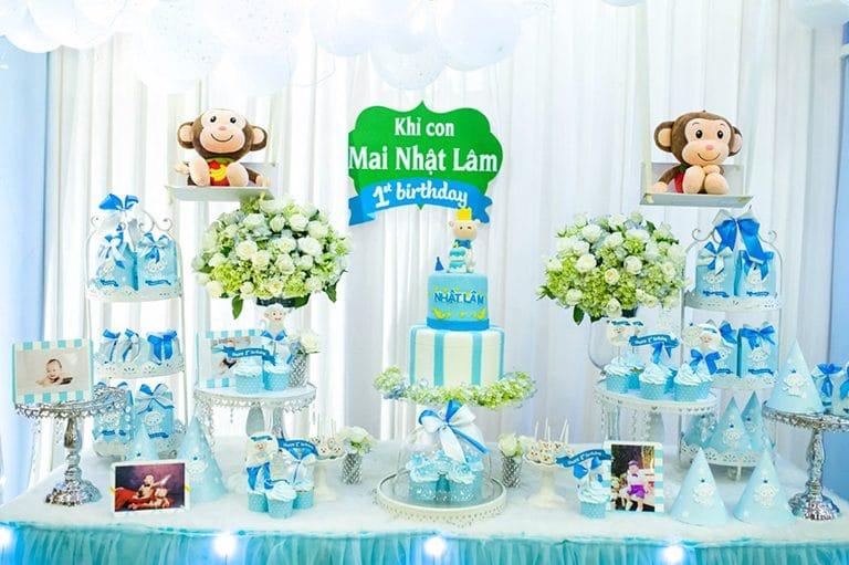 Những món trang trí đặt trên bàn sinh nhật